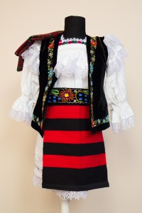 Costum popular feminin